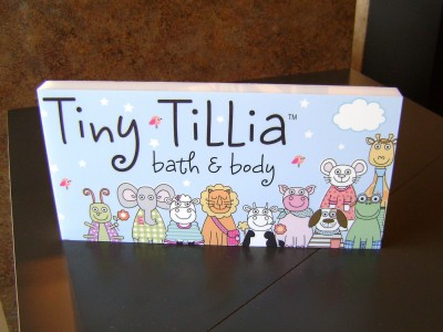 Tiny-Tillia-acrylic-table-top-display
